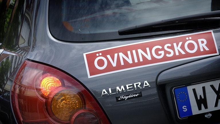 En övningskörningskylt bak på en bil. Foto:Claus Gertsen/TT