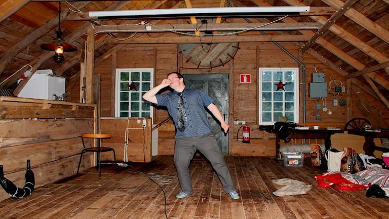 På bilden sjunger Henrik Daleke kareoke. Han står med handen som en mikrofon. Foto: privat