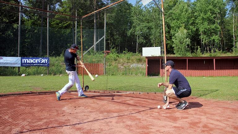 En basebollspelare slår bollen. Foto: Fredrik Jarl/Sveriges Radio
