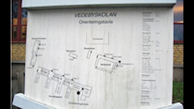 Vedeybskolan i Karlskronas orienteringstavla över skolområdet. Foto: Malin Nilsson /SR Blekinge