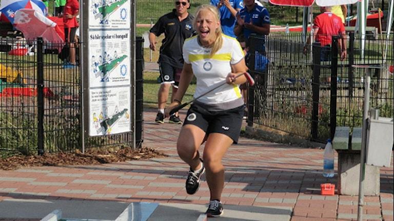 Jasmin Hansson skriker av glädje efter att ha slagit golfbollen i sista hålet. Foto: Lars Broddevall