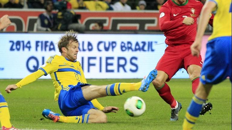 Mikael Antonsson blockerar skott i matchen mot Portugal. Foto:Frank Augstein/TT