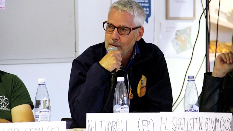 Nils-Ingmar Thorell (FP) håller i en mikrofon. Foto: Stina Linde/Sveriges Radio