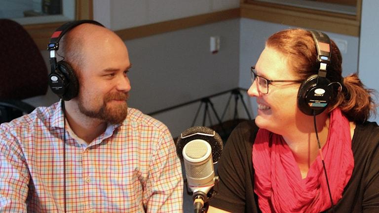 Henrik Harry Harrysson och Anna Svahn som är med i Fredagspanelen. Foto: Stina Linde/Sveriges Radio