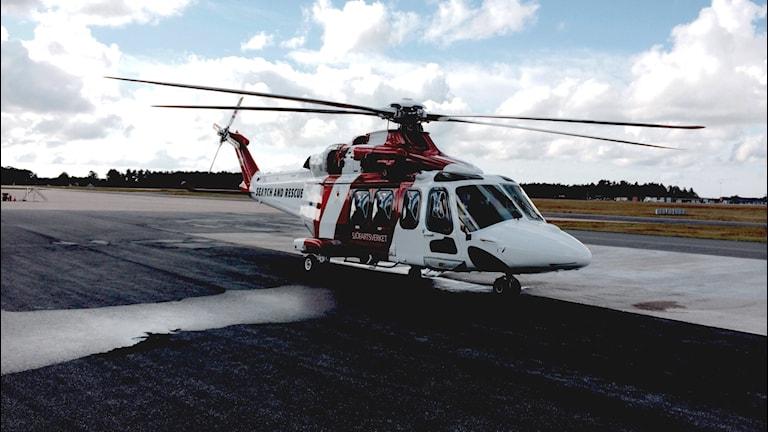 En av reäddningshelikoptrarna som står på marken på F17. Foto: Martin Arvebro/Sveriges Radio