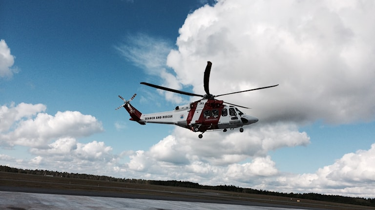 En av reäddningshelikoptrarna i luften vid F17. Foto: Martin Arvebro/Sveriges Radi