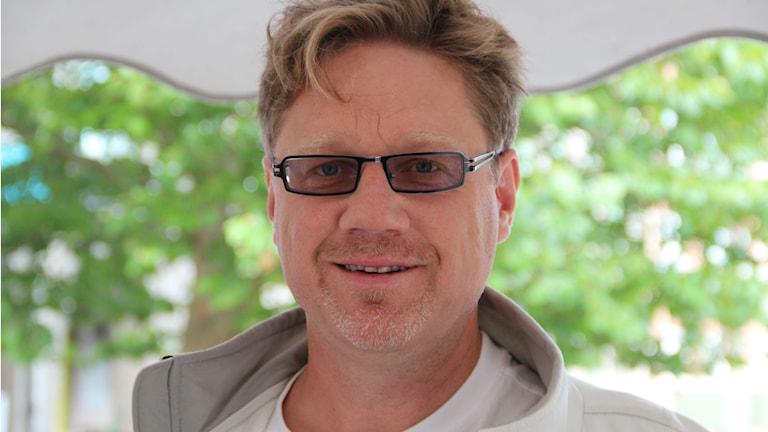 Närbild på Magnus Larsson. Foto: Rebecka Gyllin/Sveriges Radio.