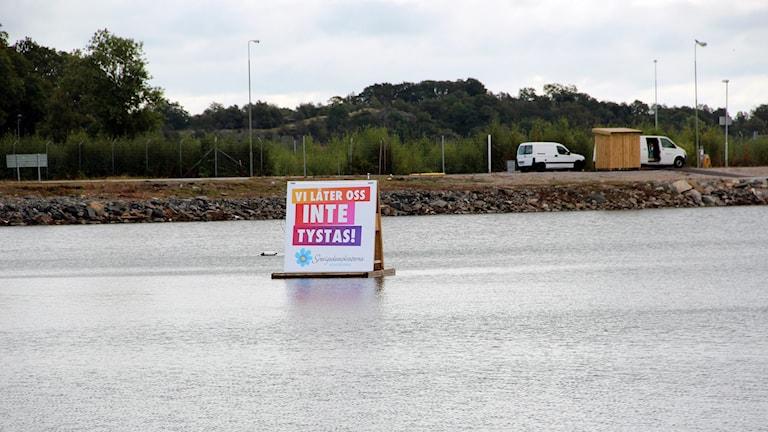 En av Averigedemokraternas flytande valaffischer i vattnet i Handelshamnen. Foto: Stina Linde/Sveriges Radio