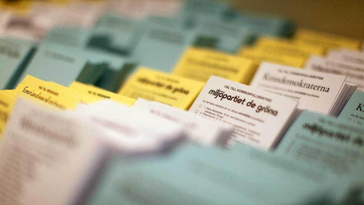 Valsedlar från olika partier. Foto:Sören Andersson/TT