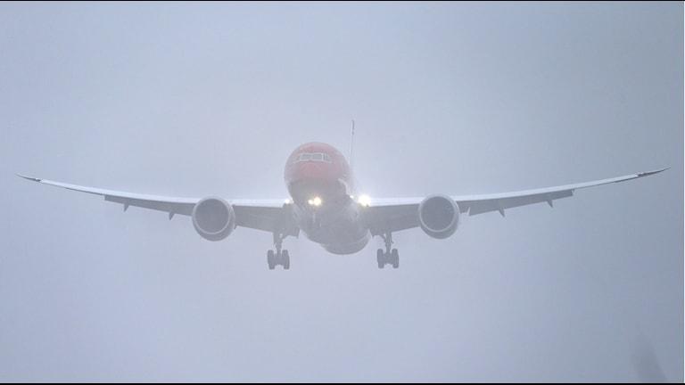 ett rflygplan i luften i dimma