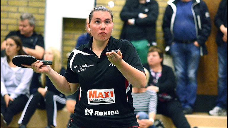 Rebecca Karlsson Kättilsmåla BTK spelar match och ska slå bollen. Foto: Torbjörn Sunesson SR Blekinge.