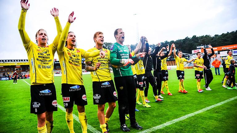 Mjällbyspelare tackar publiken efter matchen. Foto: Patric Söderström/TT