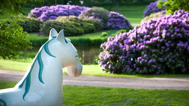 En bild på skulpturen Bäckahästen som står i Ronneby brunnspark. Foto: Caluva