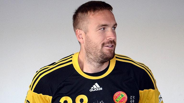Handbollsspelaren Lars Möller Madsen med sin match-t-shirt i svart och gult på sig. Foto:  HIF Karlskrona