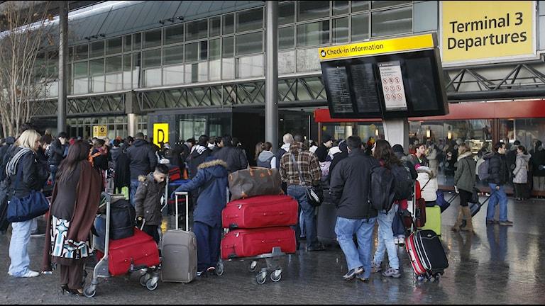 Folk väntar utomhus på flygplatsen heathrow i london