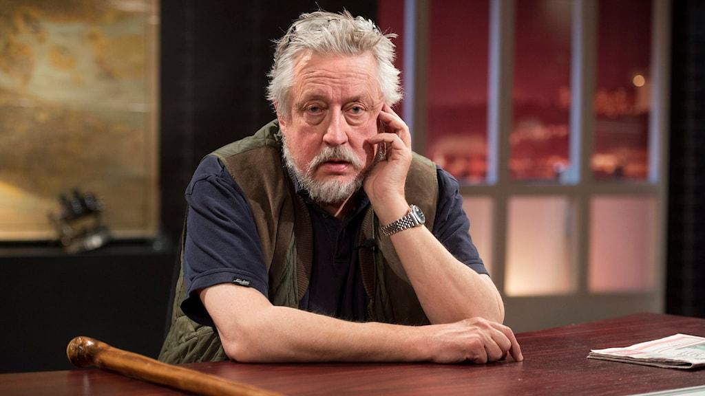 Leif GW Persson sitter vid ett skrivbord. FREDRIK SANDBERG / TT