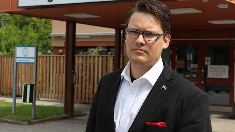 Björn Tenland fick en mustasch upptryckt i ansiktet. Foto: Sverigedemokraterna.