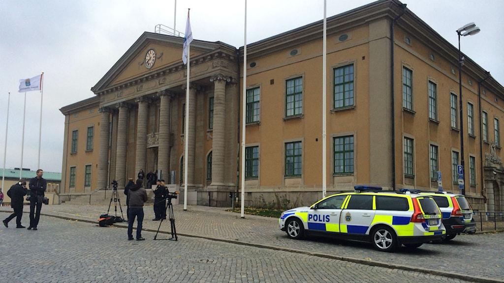Bild på Blekinge tingsrätt i Karlskrona. Framför bnyggnaden står två polisbilar parkerade. Foto: Stina Linde/Sverges radio