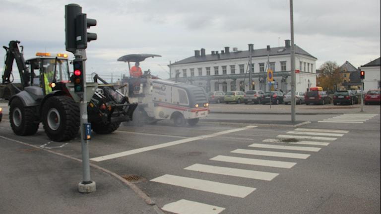Arbetsfordon som håller på med vägarbete i Karlskrona. Foto: Mikael Eriksson/Sveriges Radio