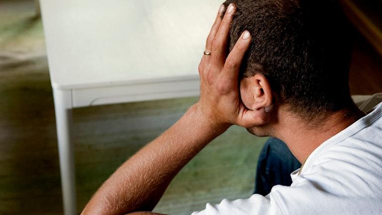 En man sitter med huvudet i händerna. CHRISTINE OLSSON / TT