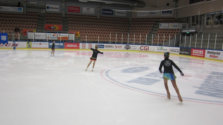 uppvärmning konståkning Rosenholm arena. Foto: Carina Melin/Sveriges Radio