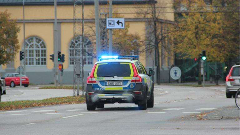 Polisbil med blinkande blåljus rycker ut. Foto: Mikael Eriksson/Sveriges Radio