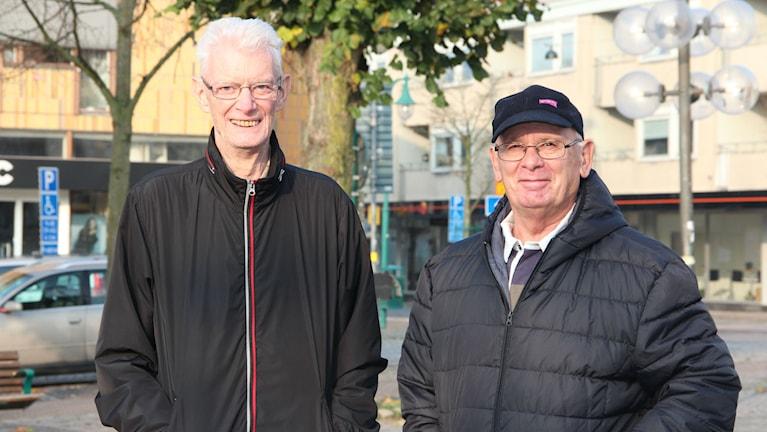 Två män står bredvid varandra på ett torg. Foto: Rebecka Gyllin/Sveriges Radio