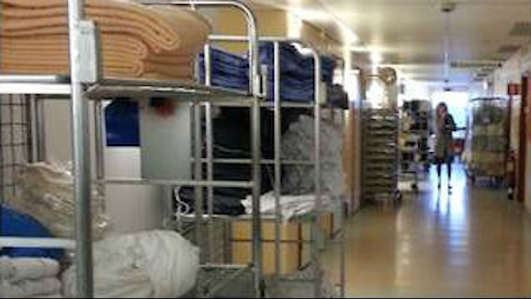 Osorterade lagervaror i korridoren före projektet Vårdnära service.