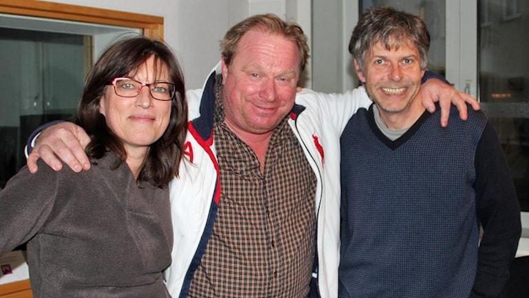 Claes Malmberg mellan två programledare. Foto: Ingrid Elfstråhle Sveriges Radio