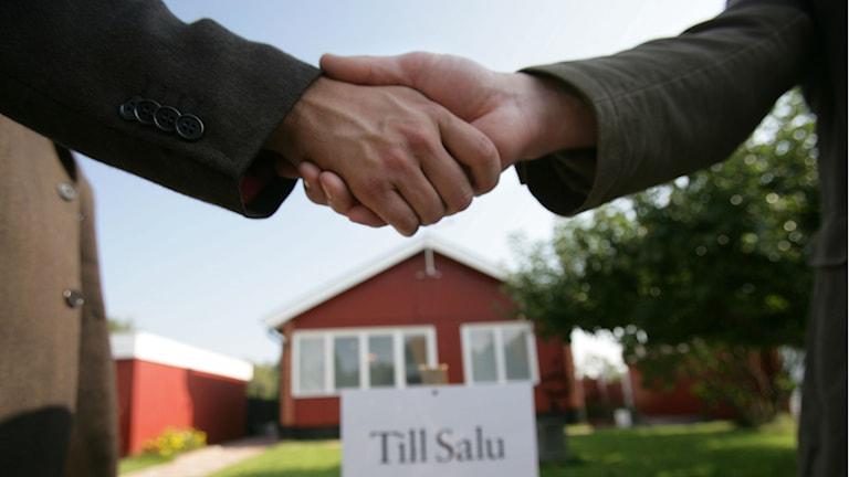 två män skakar hand efter husköp