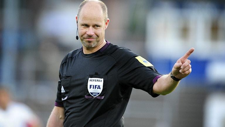 Fotbollsdomaren Martin Hansson med pekfingret i luften. Foto Björn Lindgren/TT