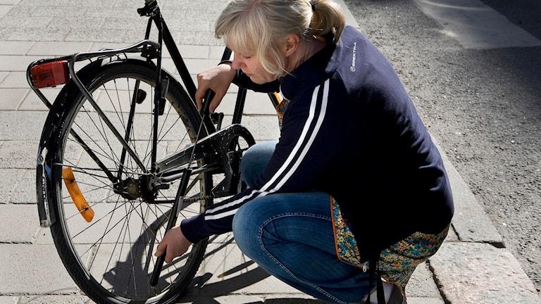 En person pumpar däcken på sin cykel. Foto: Anders Wiklund/TT