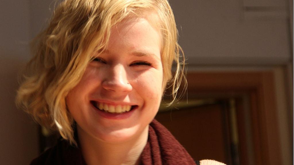 Närbild på en ung kvinna med ljust hår. Foto: Rebecka Gyllin/Sveriges Radio