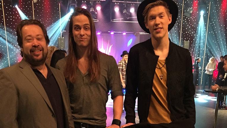 Låtskrivarna Thomas Karlsson och Martin Eriksson tillsammans med artisten Kalle Johansson. Foto: Privat