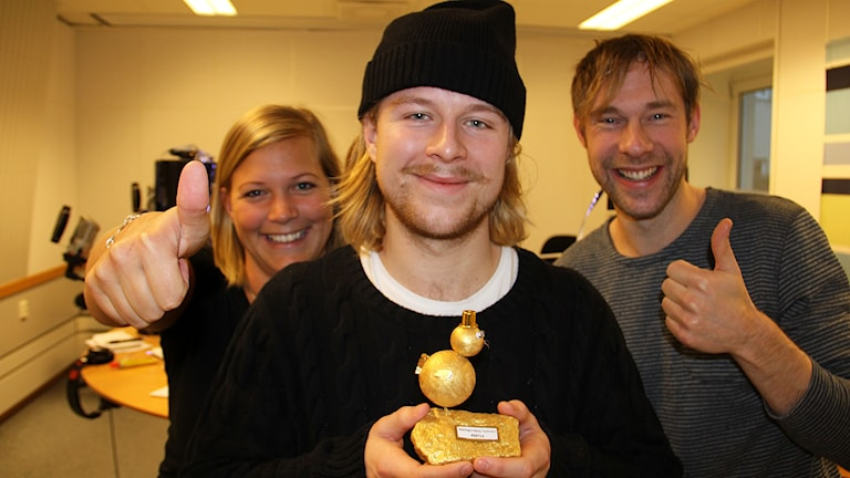 Oskar Drugge fick ta emot priset för Blekinges Bästa Twittrare. Här flankerad av programledarna Rebecka Gyllin och Daniel Kjellander. Foto:Jenny Lindeborg/Sveriges Radio.