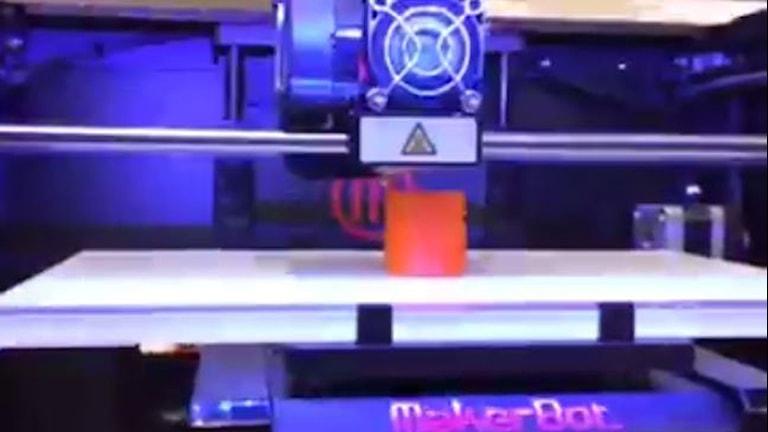 En läskburk skrivs ut på en 3D-skrivare på Fredriksbergsskolan.