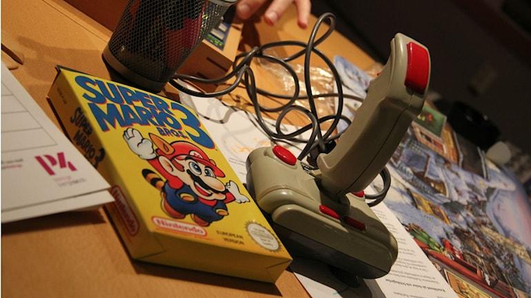 Närbild på ett gammal tv-spel och en gammal joystick. Foto: Rebecka Gyllin/Sveriges Radio