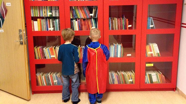 För att få låna böcker på Kättilsmåla skolan i Karlskrona kommun, måste man be sin lärare om hjälp. Foto: Monika Titor/SR