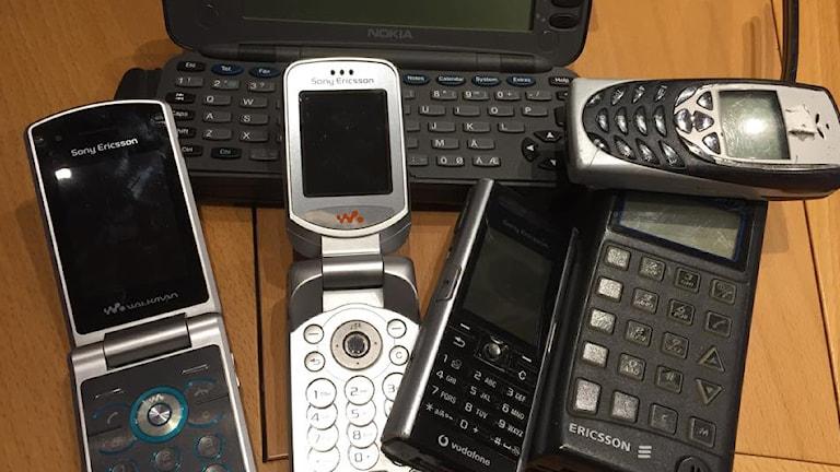 Flera mobiltelefoner av äldre modell. Foto: Sveriges Radio