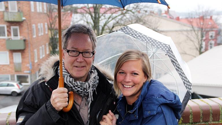 Foto:  Mats Andersson, meteorolog på SMHI och Rebecka Gyllin, programledare för Solklart. Foto: Stina Linde/Sveriges Radio