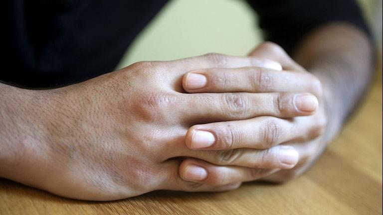 Knäppta händer på ett bord. FOTO: STIG-ÅKE JONSSON/TT