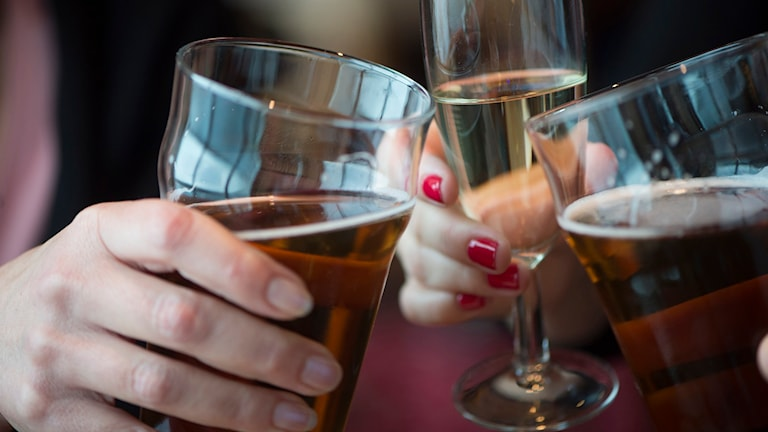 Tre glas som skålar. Foto: TT