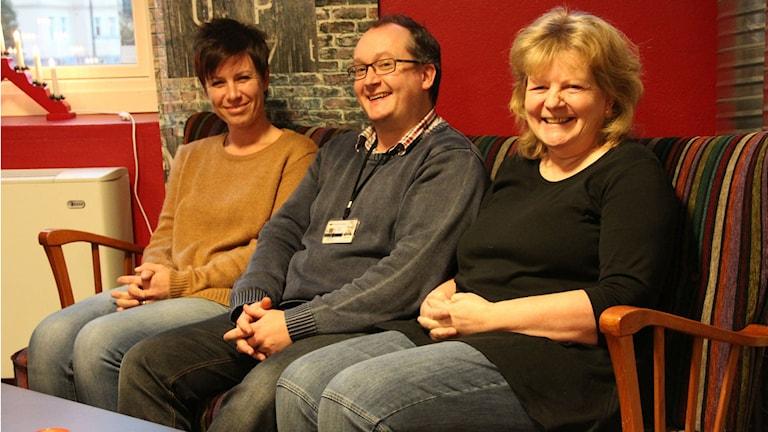 Tre personer sitter bredid varandra i en soffa. Foto: Rebecka Gyllin/Sveriges Radio