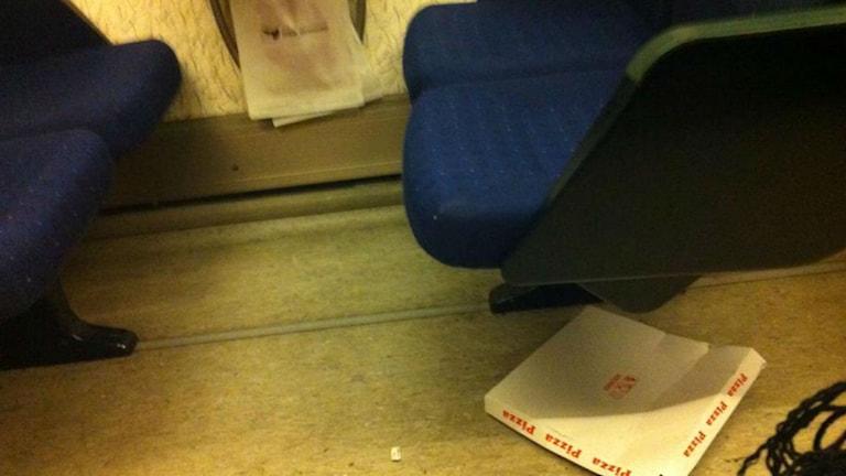 En pizzakartong på golvet i en vagn på Öresundståg. Foto: Jesper Cederstrand / Sveriges Radio