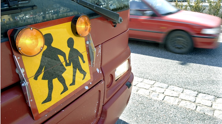 Buss med skylt som informerar om skolskjuts. Foto: Gunnar Lundmark/TT