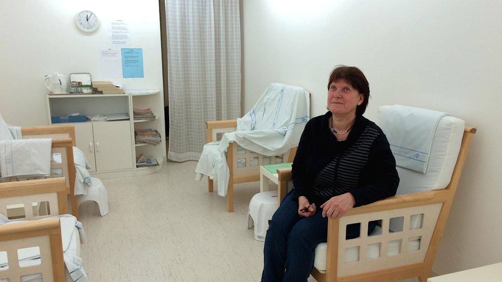 Karin Jönsson psykiatrisjuksköterska sitter i rummet för ljusterapi. Foto: Martin Arvebro/Sveriges radio