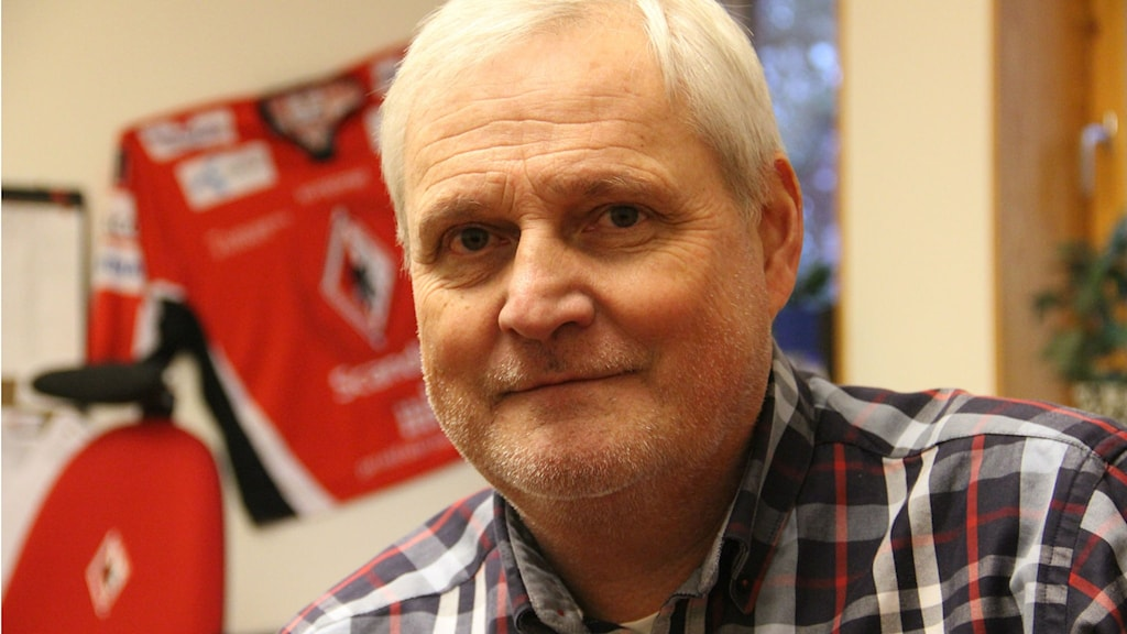 Närbild på en man i rutig skjorta. Foto: Rebecka Gyllin/Sveriges Radio