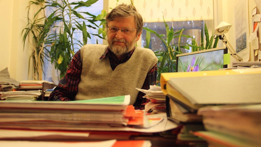 Magnus Olofsson som är miljö och hällsoskyddsinspektör i Ronneby, vid sitt skrivbord. Foto: Mikael Eriksson/Sveriges Radio