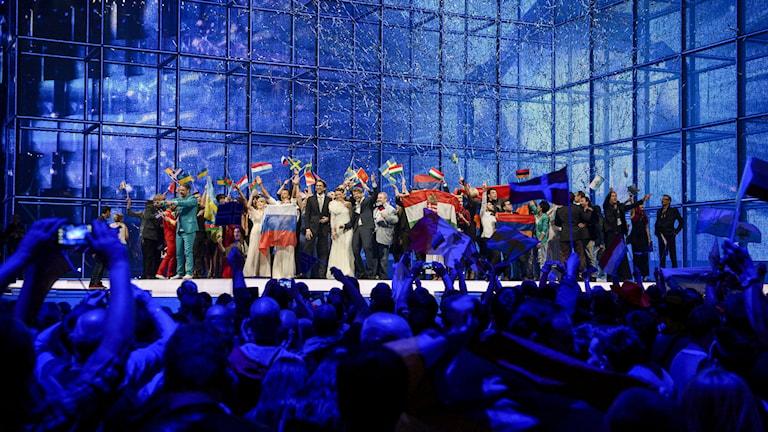 eurovision. artisterna på scenen efter semifinalen.