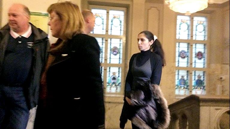 Yaras mamma på väg in i rättegångssalen. Foto: Andrea Jilder/Sveriges Radio